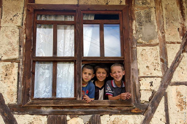 "PENCEREDEKİ ÇOCUKLAR (Children in the window)  *Karadağ'da yapılan FIAP patronajlı 1st International Salon of Photography ""MNE OPEN 2013"" fotoğraf yarışması ""child"" kategorisinde sergileme.  *Sırbistan'da yapılan FIAP patronajlı 1st International Salon of Photography ""WOMAN - MAN - CHILD 2013"" fotoğraf yarışmasında ""child"" kategorisinde sergileme.  *Ukrayna'da yapılan FIAP patronajlı 1-st International Salon of Art Photo ""Carpathian Photovernissage 2013"" fotoğraf yarışmasında ""open"" kategorisinde sergileme."