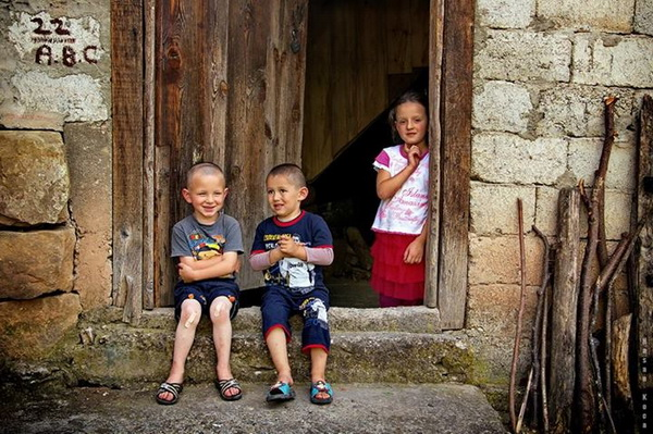 """KAPI EŞİĞİNDEKİ ÇOCUKLAR (Door threshold kids)  *Bosna Hersek'te yapılan FIAP patronajlı International photo exhibition """"HAN PIJESAK 2013"""" fotoğraf yarışması """"color"""" kategorisinde sergileme.  *İspanya'ya yapılan FIAP patronajlı """"Foto Cine La Vila II.International Exhibition the Photography"""" fotoğraf yarışmasında """"color"""" kategorisinde sergileme.  *Arjantin'de yapılan FIAP patronajlı """"1. International Exhibition the Photography El Argentino 2013"""" fotoğraf yarışmasında """"color"""" kategorisinde sergileme.  *Bosna Hersek'de yapılan FIAP patronajlı """"7th International Salon of Photography BANJA LUKA 2013"""" fotoğraf yarışmasında """"color"""" kategorisinde sergileme. *Sırbistan'da yapılan FIAP patronajlı """"1st RTANJ Exhibition Donji Milanovac 2013"""" ve """"1st RTANJ Exhibition Kladovo 2013"""" fotoğraf yarışmasında """"color"""" kategorisinde sergileme.  *Karadağ'da yapılan FIAP patronajlı 1st International Salon of Photography """"MNE OPEN 2013"""" fotoğraf yarışması """"child"""" kategorisinde sergileme.  *Sırbistan'da yapılan FIAP patronajlı 1st International Salon of Photography """"WOMAN - MAN - CHILD 2013"""" fotoğraf yarışmasında """"child"""" kategorisinde sergileme.  *Makedonya'da yapılan Fiap patronajlı """"PHOTO SALON KUMANOVO 2013"""" fotoğraf yarışmasında """"color"""" kategorisinde sergileme.  *Ukrayna'da yapılan Fiap patronajlı """"POKROVA PHOTOVERNISSAGE, 2013"""" fotoğraf yarışmasında """"open"""" kategorisinde sergileme."""