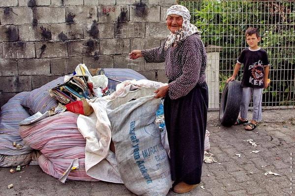 """ÇÖP TOPLAMA (Garbage collection)  *Sırbistan'da yapılan FIAP patronajlı Circular Exhibition of Photography Child 2013 fotoğraf yarışması """"PARACIN"""" ve """"BOLJEVAC"""" salonlarında """"life"""" kategorisinde sergileme."""
