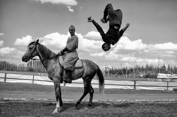 """PERENDE (Somersault)  *Sırbistan'da yapılan FIAP patronajlı 3rd International Salon of Photography """"Novi Sad 2013"""" fotoğraf yarışmasında """"monocrome"""" kategorisinde sergileme."""