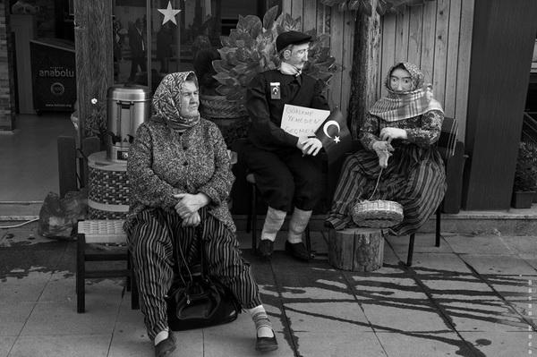 """YÖRESEL KIYAFETLER (Local dresses)  *Sırbistan'da yapılan FIAP patronajlı 3rd int. salon of photography """" Animals"""" fotoğraf yarışmasında """"monocrome"""" kategorisinde sergileme."""
