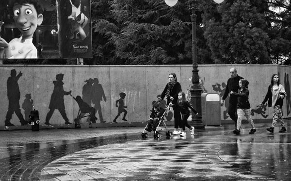 """DUVARDAKİ GÖLGELER (Shadows on the wall) *Karadağ'da yapılan FIAP patronajlı International Photo Contest """"SUMMER 2014"""" fotoğraf yarışmasında """"Street"""" kategorisinde sergileme."""