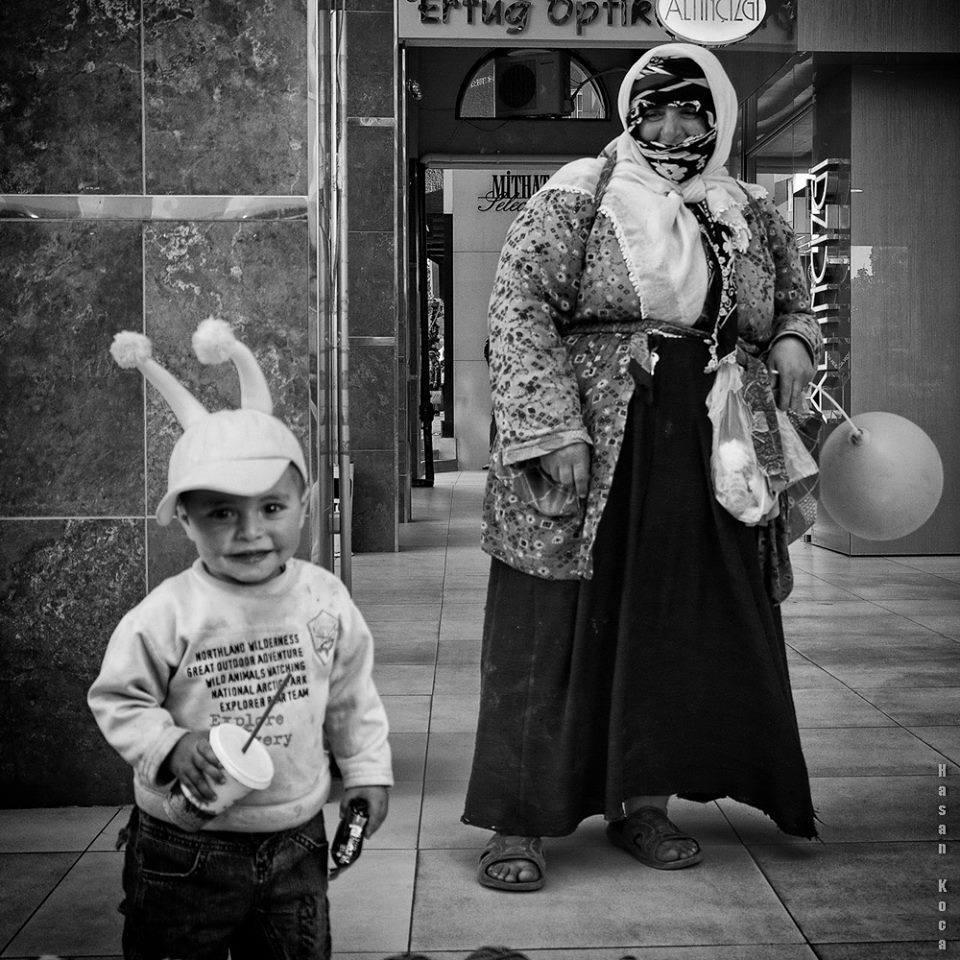 """MOTHER AND SON Hırvatistan'da yapılan FIAP patronajlı 3. Salon fotografije Čakovec 2013 fotoğraf yarışması """"Black and white square"""" kategorisinde sergileme kazanan fotoğrafım."""